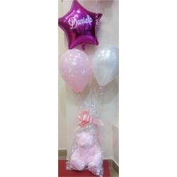 Composición de globos con peluche rosa